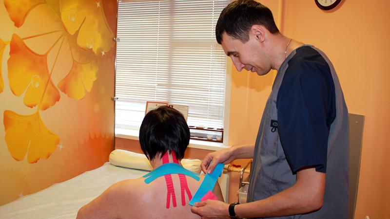 В нашей клинике представлена новая услуга - кинезиологическое тейпирование. Это словосочетание образовано от слов  «kinesio»(движение) и «tape»(лента).